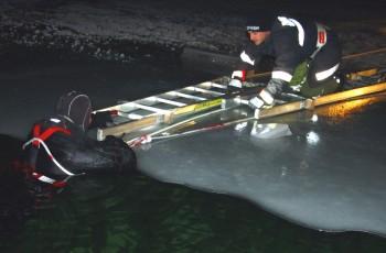 Person in Eis eingebrochen