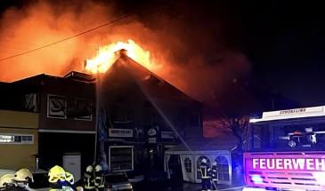 13 Feuerwehren bei Großbrand in Lenzing Ort