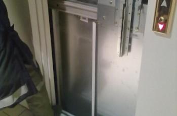 Person im Lift eingeschlossen